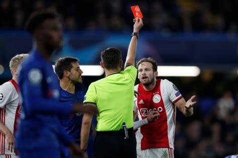 ajax krijgt twee rode kaarten en penalty tegen  een fase  de standaard