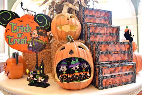 mousesteps halloween decorations arrive  magic kingdom   season walt disney world