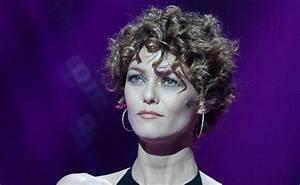 Coupe Courte Bouclée : cheveux vanessa paradis ses plus belles coiffures avec ~ Farleysfitness.com Idées de Décoration