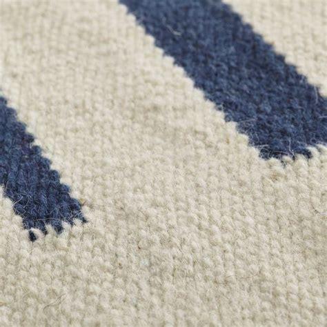 tapis ethnique haut de gamme en beige lignes bleues hazara par angelo