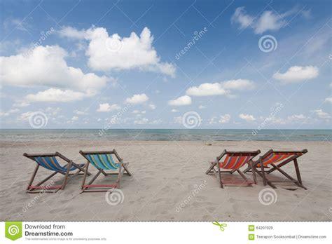 chaises de plage chaises de plage sur la plage blanche de image stock