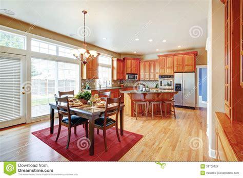 7 kitchen island sala moderna da cozinha com ilha e espaço para refeições