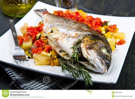 cuisiner du poisson au four un poisson cuit au four image stock image du herbes