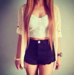 White Crop Top Outfits with Shorts