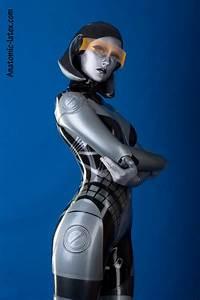 EDI de Mass Effect en traje de Látex – Nerdgasmo