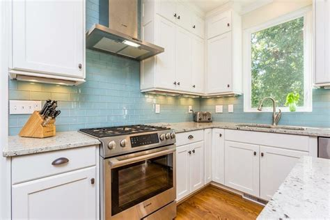 white kitchen cabinets with glass tile backsplash glass tile backsplash with white cabinets roselawnlutheran 2210