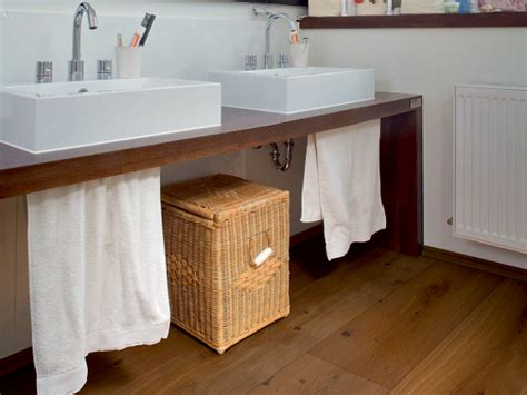 holzfußboden im bad boden aus parkett veredelt auch das badezimmer energie fachberater