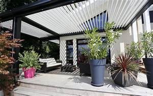 Terrassen berdachung mit bioklimatischer pergola for Terrassenüberdachung pergola