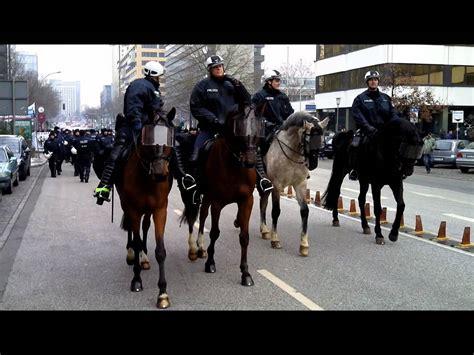 polizeipferde im einsatz youtube