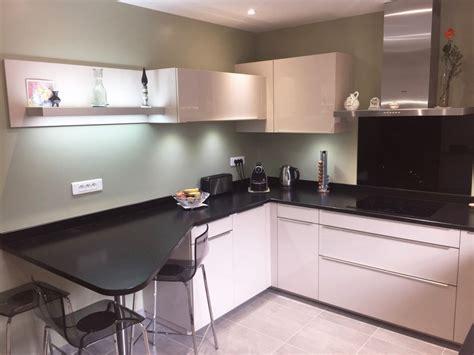 cuisine blanche et cuisine linas plan de travail granit meubles façades
