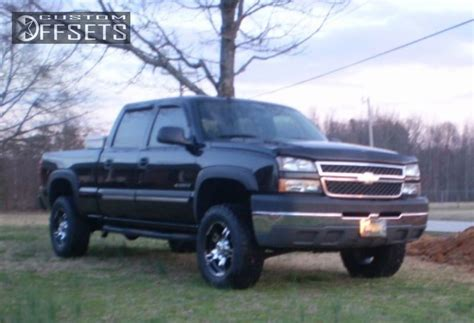leveling kitstock wheelsoversized tires pics chevy pictures of a 2004 chevy 2500hd 4x4 with a leveling kit