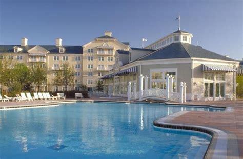 chambre standard sequoia lodge disney 39 s newport bay hotel chessy voir les tarifs