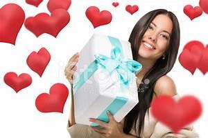 Grosse Boite Cadeau : jolie jeune fille tenant une grosse bo te hors cadeau ~ Teatrodelosmanantiales.com Idées de Décoration