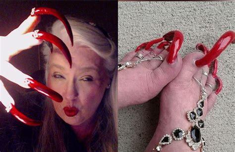 10 pies con las uñas más largas; Cómo es la dificultosa vida de las personas que tienen las uñas de los pies demasiado largas