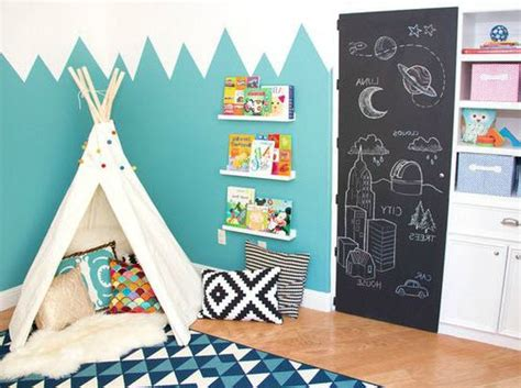 photo de peinture de chambre déco montagne dans la chambre de bébé