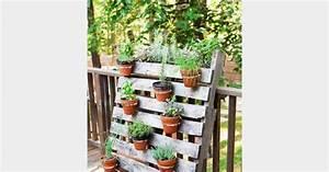 une palette pour accrocher des plantes aromatiques With good pour salle de jeux 2 idees deco recuperer une palette pour en faire une