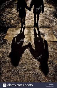 Hand In Hand Gehen : zwei junge m dchen hand in hand gehen und wirft lange schatten stockfoto bild 310048002 alamy ~ Markanthonyermac.com Haus und Dekorationen