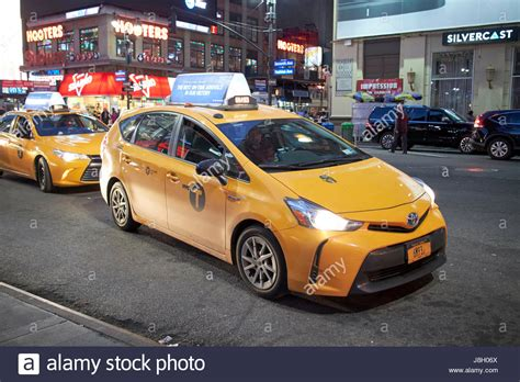 toyota usa español toyota prius v hybrid new york city yellow cab at night in