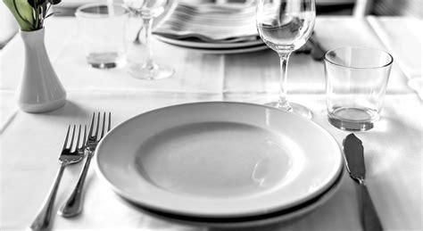 come posizionare i bicchieri a tavola come si apparecchia la tavola secondo il galateo aia food