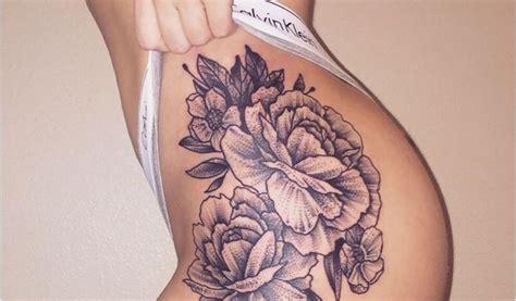 modele de tatouage sur la cuisse femme rose des sables