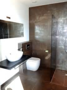 badezimmer fliesen braun creme modernes bad mit braun silbernen fliesen und ebenerdiger dusche bathroom