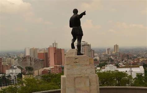 Un grupo de indígenas misak derrumbarron la estatua de sebastián belalcázar en cali las autoridades llegaron sobre las 9:00 a.m. Monumento a Sebastián de Belalcázar en Cali, Valle del Cauca