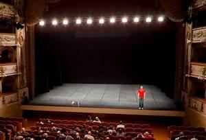 Ce que l éclairage apporte à une scène de théâtre vide 4artht L'ambiance par les éclairages
