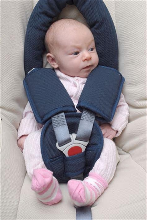 siege auto bebe qui se tourne préparer un voyage avec bébé en voiture