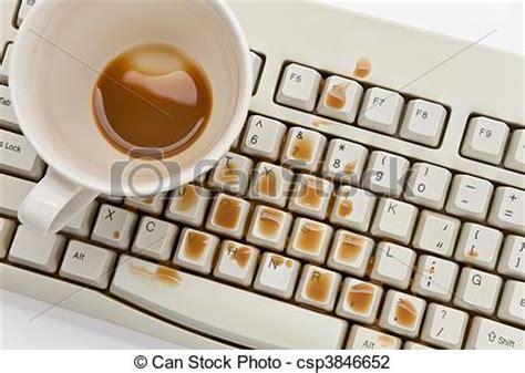 ordinateur de bureau 27 pouces photo de café informatique endommagé clavier coffee