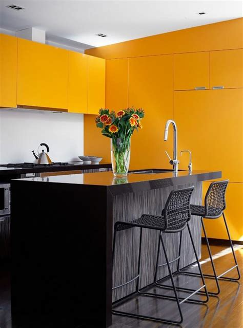 cuisine jaune et noir ambiance accueillante et conviviale dans une cuisine jaune design feria