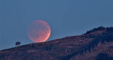 Dotyczy jednak tylko tej części księżyca, która znalazła się w. Zaćmienie Księżyca (lipiec 2018) - poradnik, jak fotografować