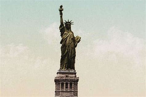 the true color of the statue of liberty and it isn t