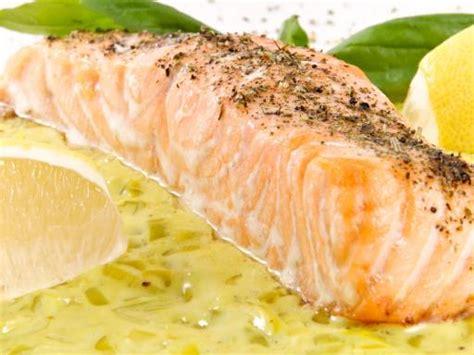 cuisiner pavé saumon pavé de saumon sur lit de poireaux recette de pavé