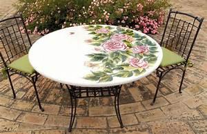 Tavolo rotondo in pietra lavica ROSE decorato a mano