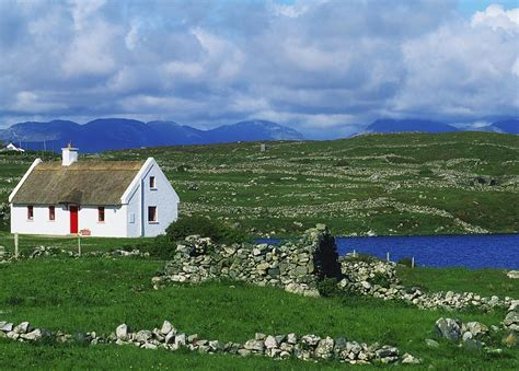 Cottage In Irlanda Connemara Co Galway Ireland Cottages Photograph By The