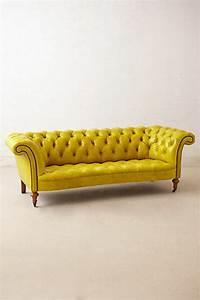 le canape capitonne en 40 photos pleines d39idees With tapis jaune avec canapé d angle chesterfield pas cher