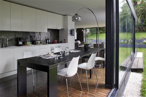 extension cuisine sur jardin la maison r des architectes colboc franzen associés à sèvres
