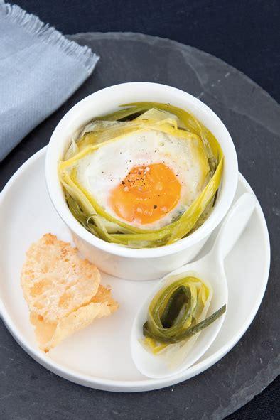 cuisiner le poireau œuf cocotte et fondue de poireau tuile au parmesan