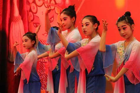 Poveste De Iarnă în Culorile și Ritmurile Operei Beijing