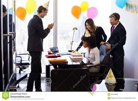 collegue de bureau gens d 39 affaires célébrant la fête d 39 anniversaire de