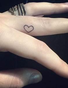 Tatouage Sur Doigt : tatouage doigt amour des tatouages jusqu au bout des doigts elle ~ Melissatoandfro.com Idées de Décoration