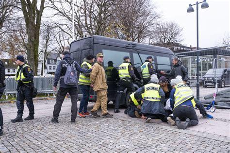Unge berusete menn ble tatt. Satte fyr på Koranen - da grep politiet inn og avsluttet SIANs demonstrasjon - Document