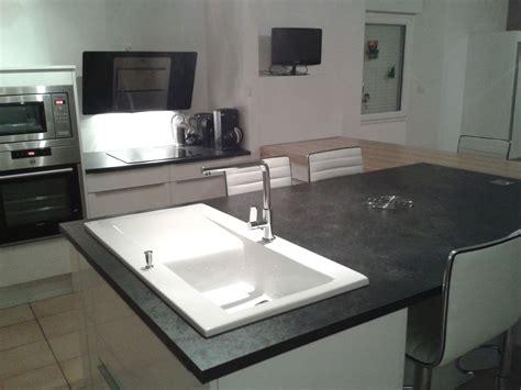 plan cuisine moderne cuisine avec plan de travail noir fashion designs