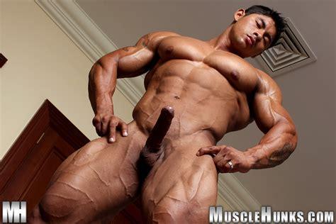 latin muscle man ko ryu at suck a boner