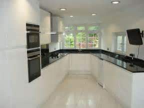 fitted kitchen ideas cuisine blanche avec plan de travail noir 73 idées de relooking