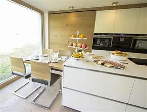 Küche Mit Essplatz : k che mit integriertem essplatz der essplatz f r vier personen ist direkt an die kochinsel ~ A.2002-acura-tl-radio.info Haus und Dekorationen