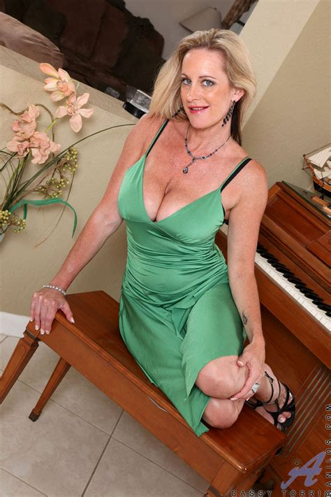 Charming Milf Cassy Torri Shows Her Busty Cleavage In A