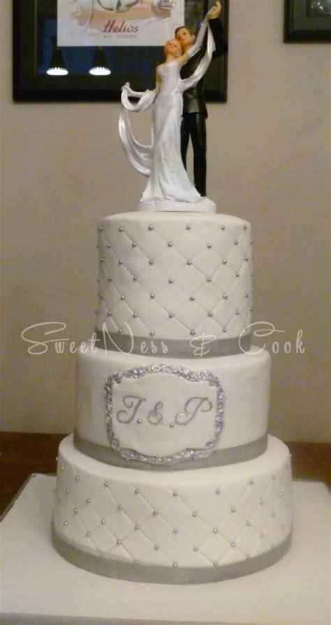 joli wedding cake capitonne blanc  gris de trois etages