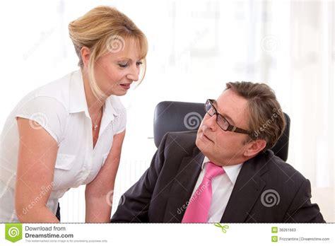 bureau directeur hogere leidende directeur met zijn secretaresse bij bureau