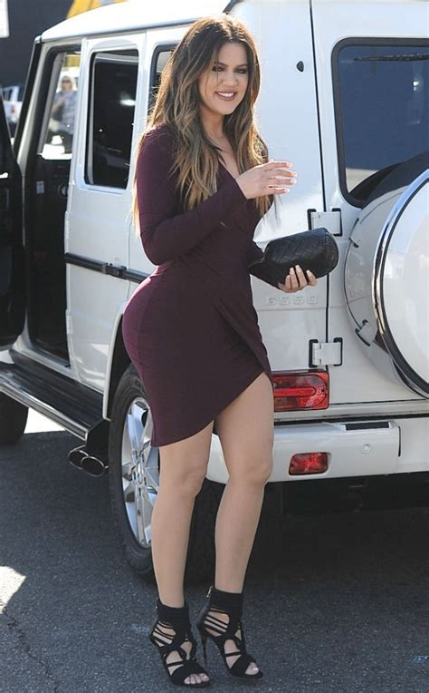 Vestido ressalta as curvas generosas de Khloé Kardashian ...